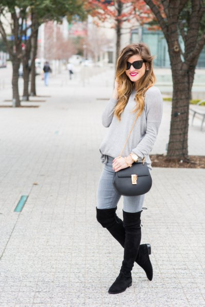 grå tröja jeans lårhöga stövlar