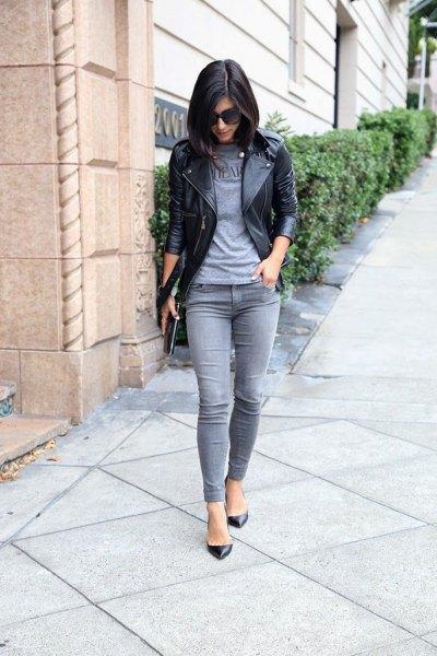 grå t-shirt svart skinnjacka grå jeans