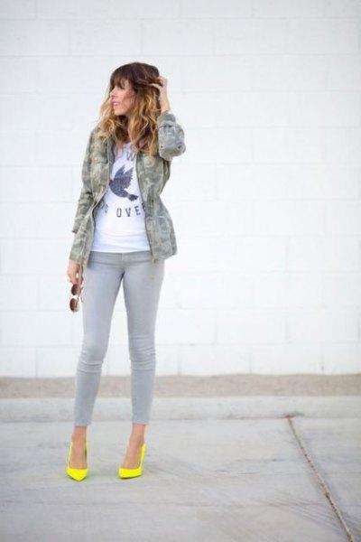 grå jeans camo jacka gula klackar