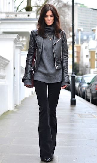 svart skinnjacka med grå, tjock tröja och flared sammet jeans