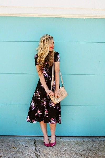 Midi blommig klänning ljusrosa handväska