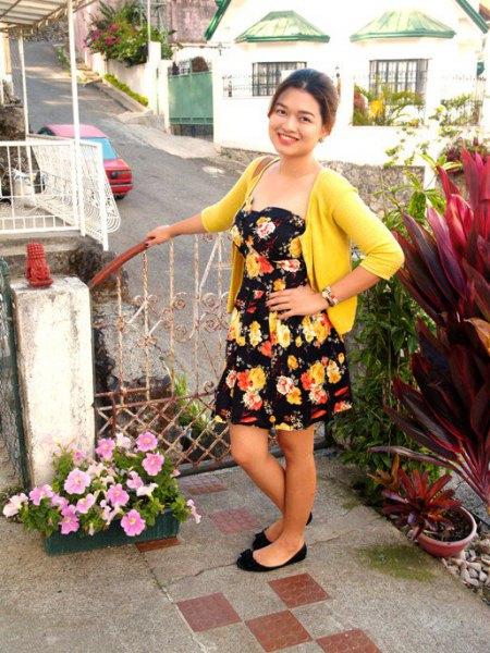 svart axelbandslös blommig klänning gul tröja