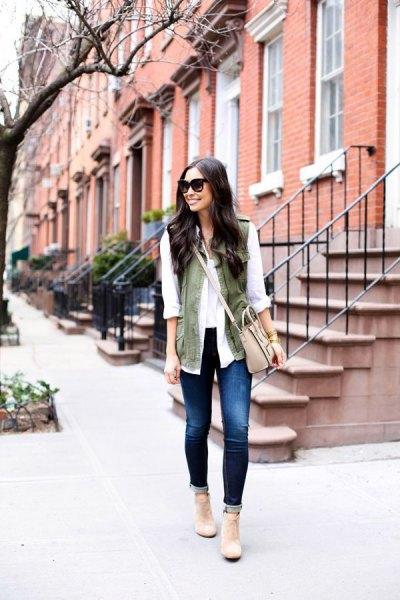 vit chiffongblus med olivgrön väst och ljusrosa axel läderväska