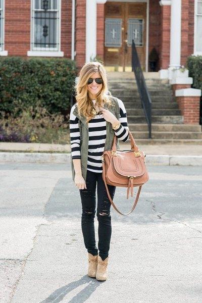 svartvitt randig långärmad tröja med rippade jeans