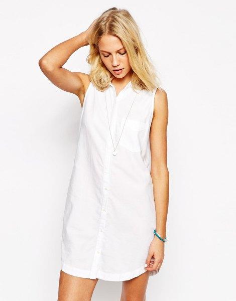 vit ärmlös skjortklänning med sneakers