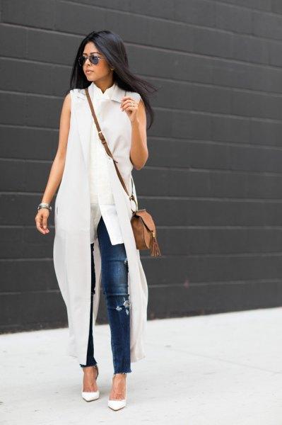 vit ärmlös maxiklänning med blå smala jeans
