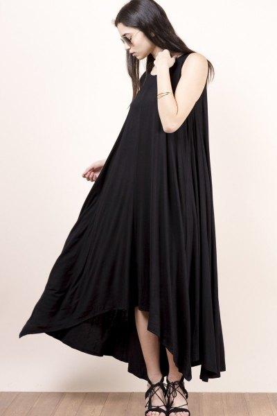 svart maxiklänning med urringning
