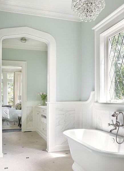 Badrum med marmorwainscoting - övergångsrum - badrum.