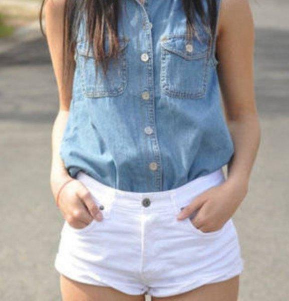 blå ärmlös chambray-skjorta med knappar och vita shorts