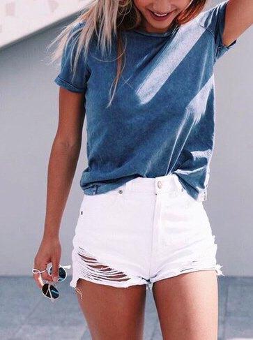 grå t-shirt med vita jeansshorts i använd look
