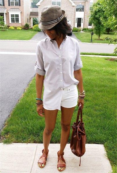 ljusrosa överdimensionerad skjorta med knappar och grå rutig hatt