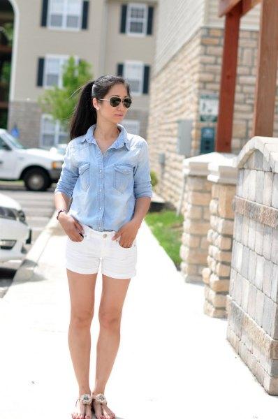 ljusblå chambrayskjorta med knappar och vita jeansshorts