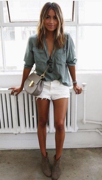 Avslappnad skjorta med grå framficka och vita jeansshorts