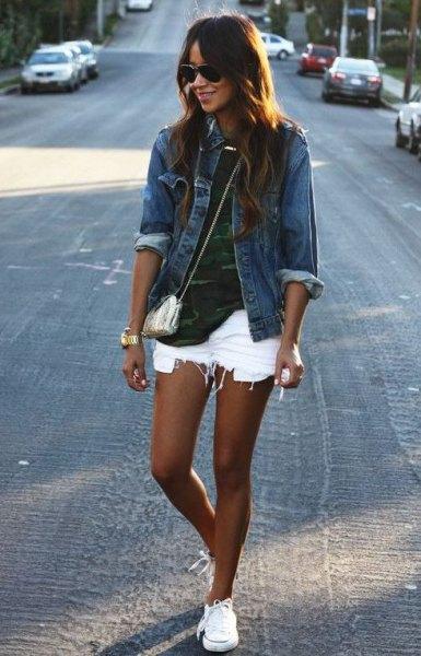 blå jeansjacka med kamouflagetröja och rippade vita jeansshorts