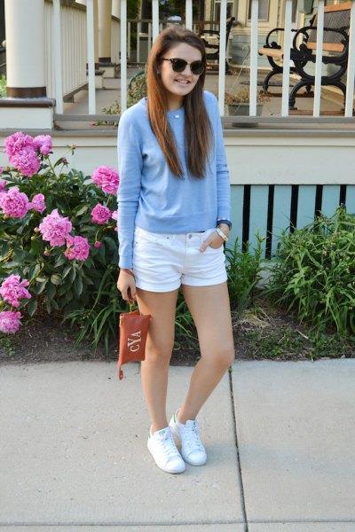 himmelblå tröja med vita mini-jeansshorts och sneakers
