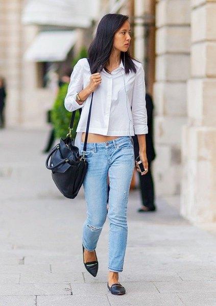 vit, kort skjorta med knappar, ljusblå jeans med smal passform och spetsiga tåskor