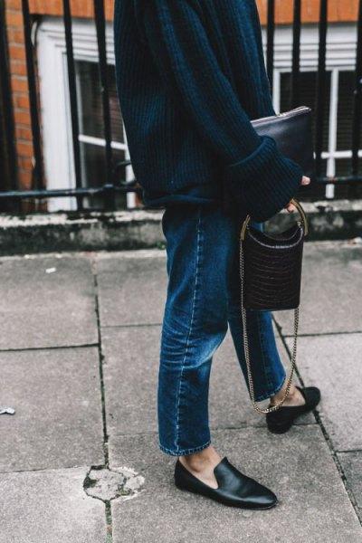 svart, tjock stickad tröja med raka mörka jeans
