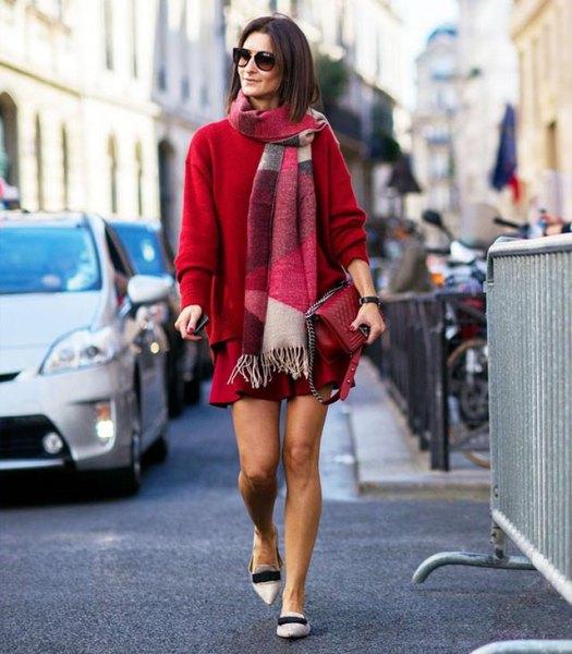 röd, tjock tröja med matchande minikjol och vita tofflor med spetsiga tår