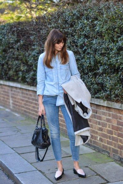 Ljusblå skjorta med knappar, fotledsjeans och vita och svarta tofflor med spetsiga tår