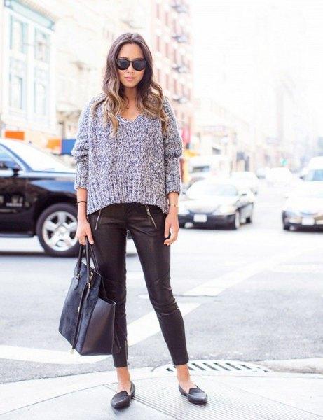 grå, tjock V-ringad tröja med läder leggings och tofflor