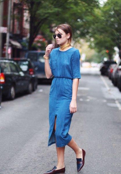 blå tvådelad midiklänning med halva ärmar och spetsiga läderskor
