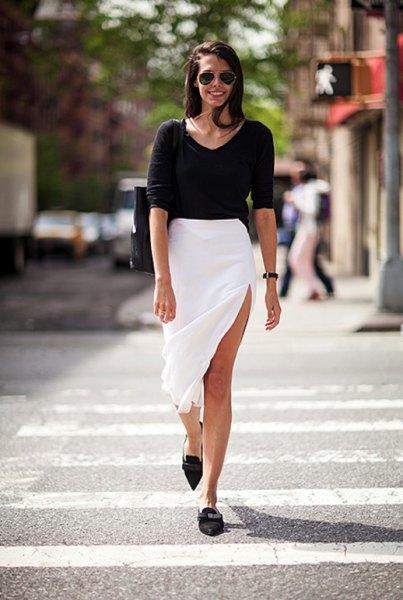 svart tröja med scoop-halsringning med vita midisplit och spetsiga skor