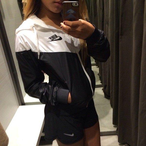 vit och svart vindjacka med mini-shorts
