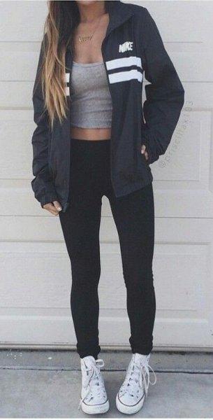 svart vindjacka med grå linne med scoop hals och vita canvas sneakers