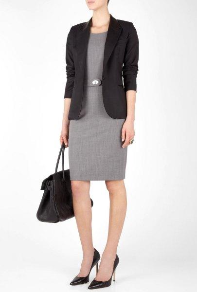 svart kavaj med knälång klänning med grå bältesmantel