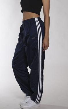 svart crop topp med matchande vindjacka och vita sneakers