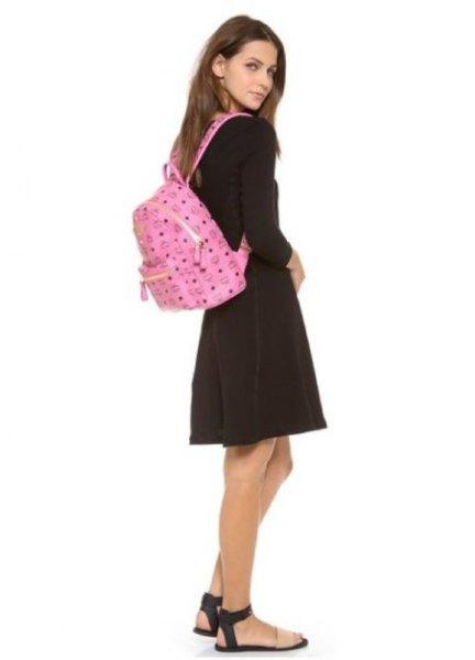 rosa ryggsäckplånbok med svart tröja och grå minirater kjol