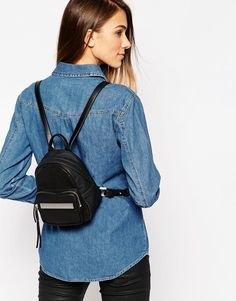 blå chambray-skjorta med knappar och svart liten ryggsäckplånbok