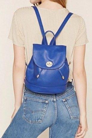 kungsblå ryggsäck i läder med ljusrosa kortärmad topp