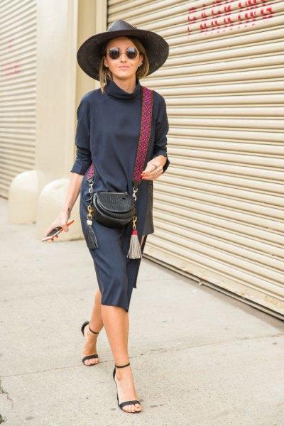 blå tröja klänning med mock hals och mörkblå klackade sandaler