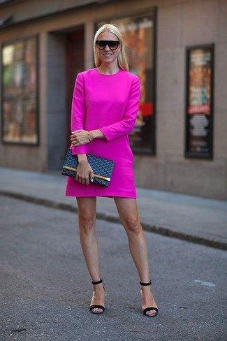 Rosa långärmad miniklänning med mörkblå sandaler