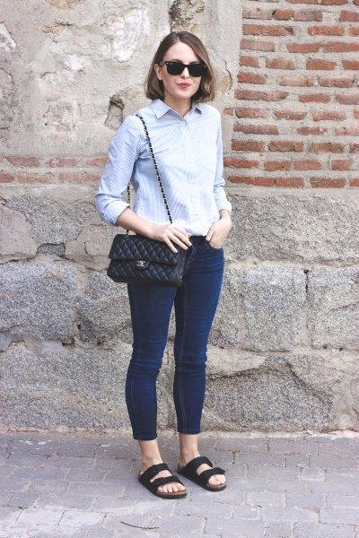 Ljusblå, smal tröja med mörka skinny jeans och mörkblå sandaler