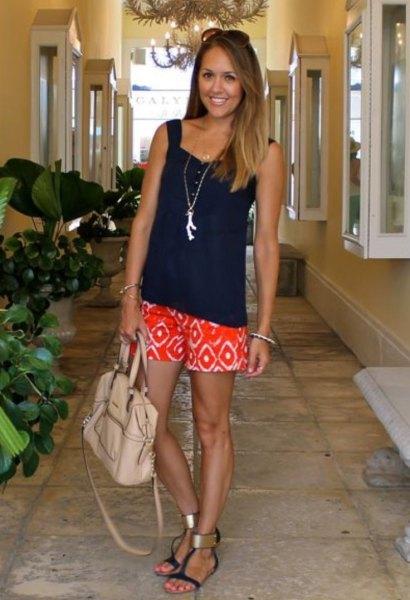 Avslappnad linne med svart älskling halsringning och orange shorts med stamtryck