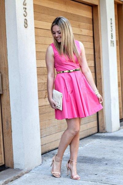 ärmlös gungklänning med rosa bälte och remmar i klackarna