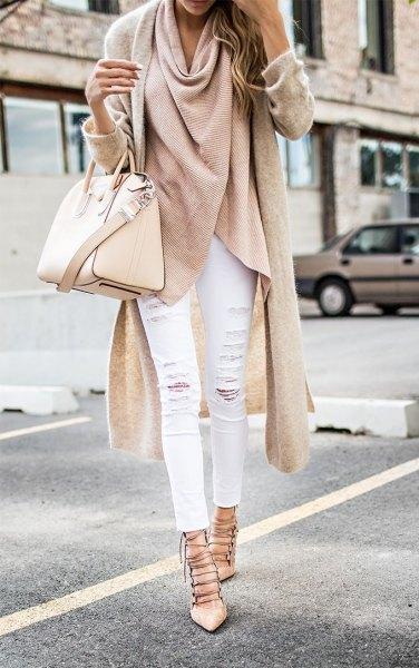 rosa ull longline jacka med vita jeans och remmar i klackarna