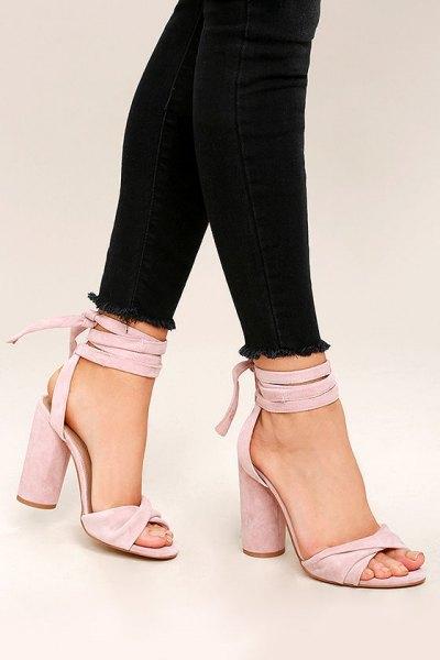 svarta skinny jeans med rosa remmar höga klackar