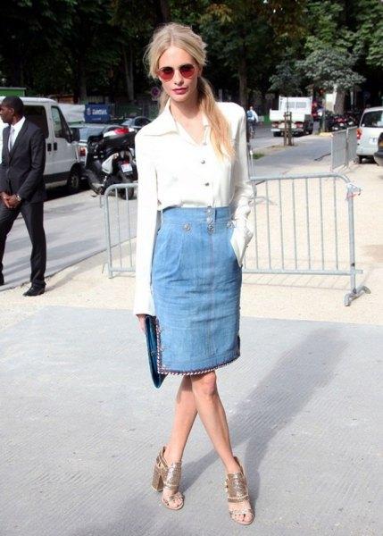 vit skjorta med knappar och ljusblå knälång kjol