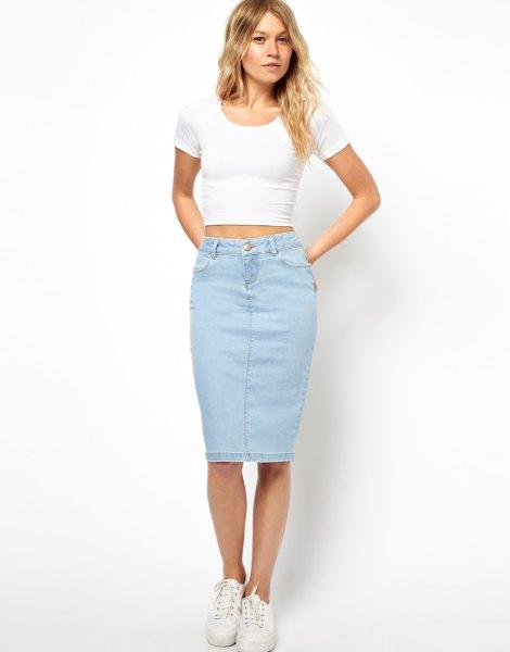 ljusblå kjol med vit, snygg T-shirt med kort figur