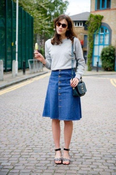 grå tröja med blå, utsvängd, knälång denim kjol