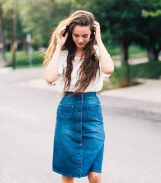 Ljusrosa, spets, kortärmad topp med en blå, hög midja, knälång denim kjol