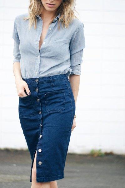 blå linneskjorta med knappar och knälång denimkjol