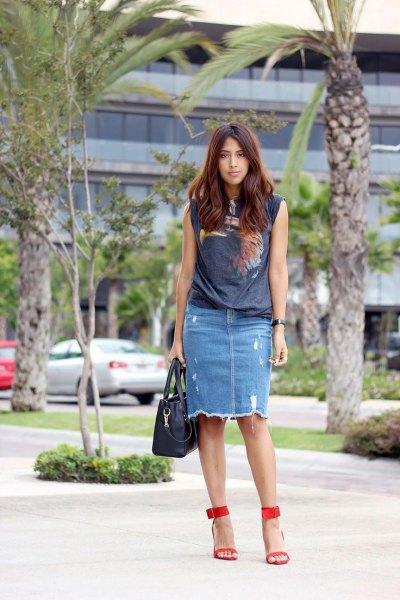 grå t-shirt med ärmlöst tryck och trasig denim kjol