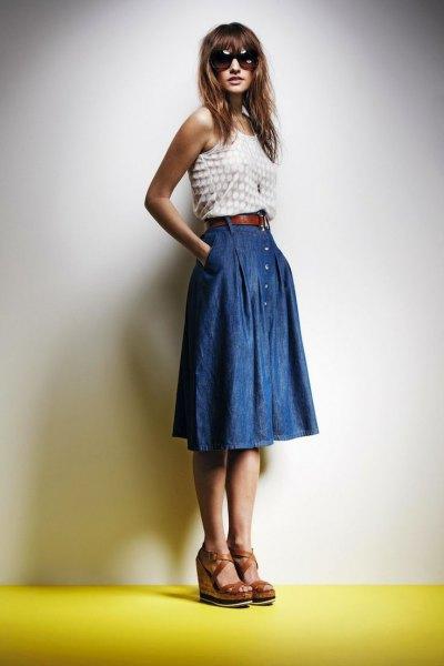 vit och rosa prickad västtopp med blå veckad knälång denim kjol