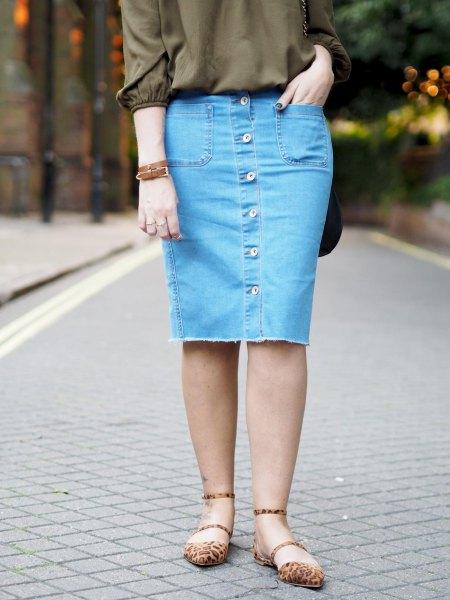 grön knapplös blus med knälång kjol med blå denimknapp på framsidan