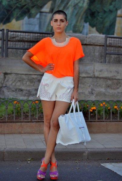 orange topp med vita mini shorts och blå sandaler