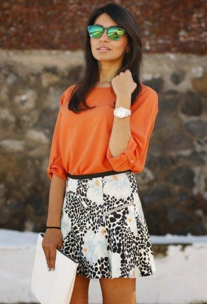 orange blus med vit och svart tryckt skater kjol
